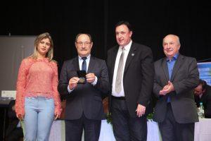 Governador do RS prestigia Encontro de Legislativos e recebe homenagem