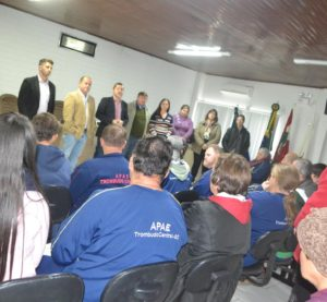 Câmara recebe alunos e professores da APAE de Trombudo Central