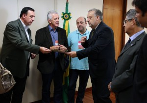 Ministro das Comunicações recebe convite para participar da Marcha dos Vereadores 2015
