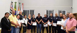 Policiais municipais e militares de Holambra-SP recebem moção de congratulações na câmara