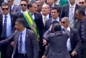 Bolsonaro quebra protocolo e desce da tribuna para cumprimentar público em Brasília