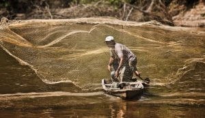 Governo federal vai pagar auxílio emergencial para pescadores afetados pelo óleo no litoral brasileiro
