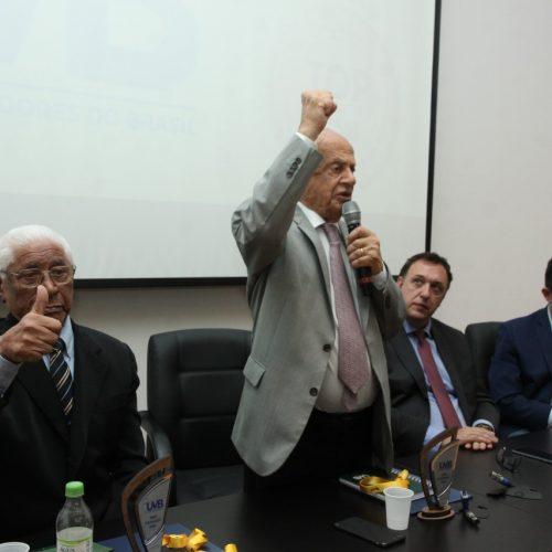 Pedro Simon presta homenagem aos Conzatti