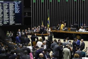 Deputados apresentam propostas para cortar os próprios salários em 50%