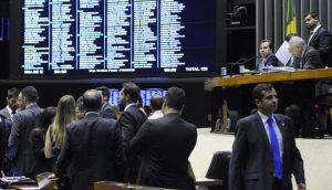 Centrão e prefeitos criam impasse na Câmara sobre data de eleições