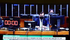 Câmara aprova MP que suspende mínimo de dias letivos e texto vai ao Senado